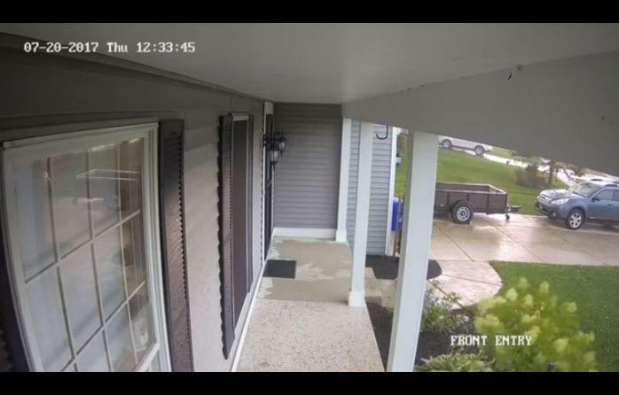 Une violente tempête soulève une voiture garée devant une maison
