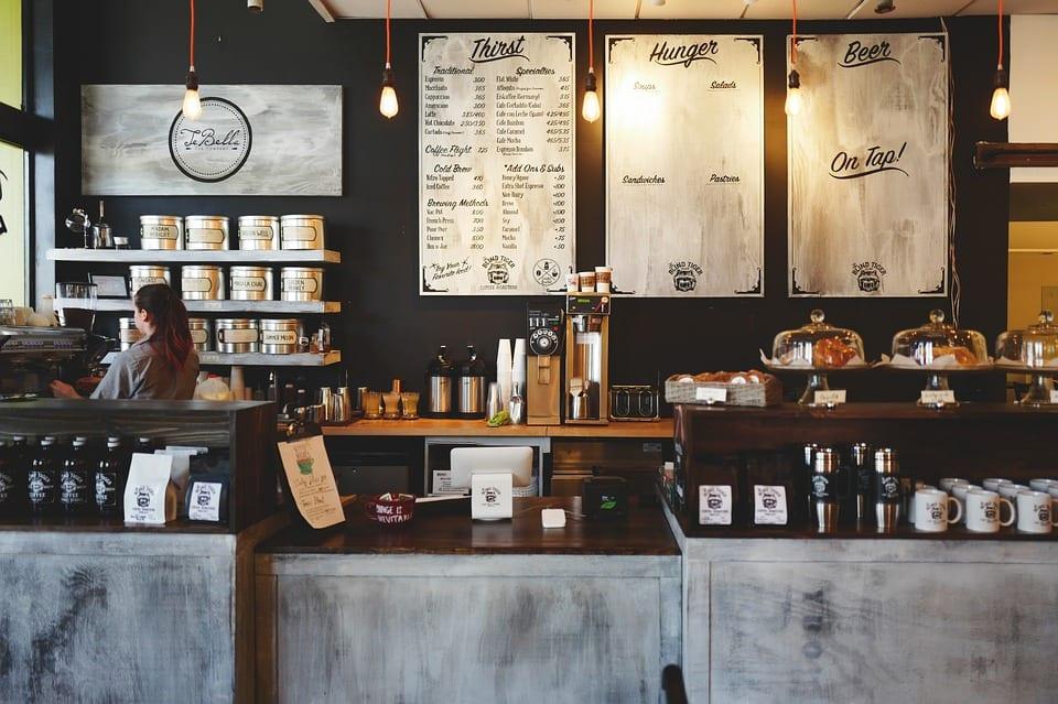Image d'un entrepreneur dans son commerce coffe shop