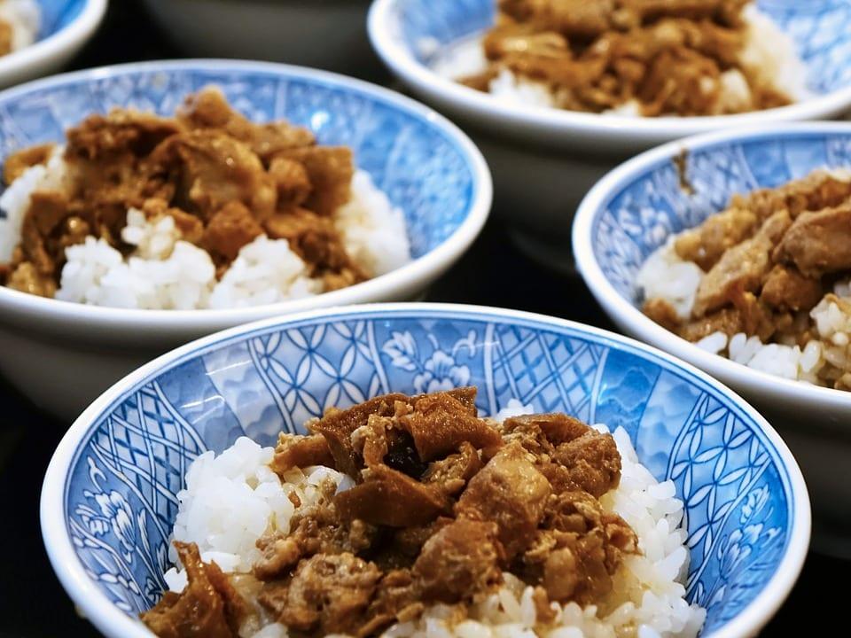 Un plat authentique de flanc de porc braisé à la chinoise