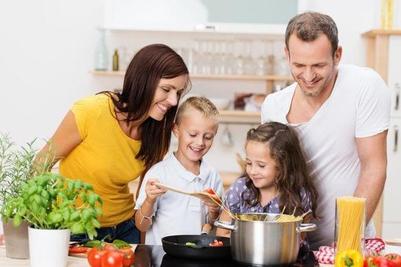 Mangez ensemble pour que vos enfants développent de saines habitudes | PALAM.CA - Votre site de divertissement #fun #buz #Quiz. Visitez-nous pour en savoir plus!