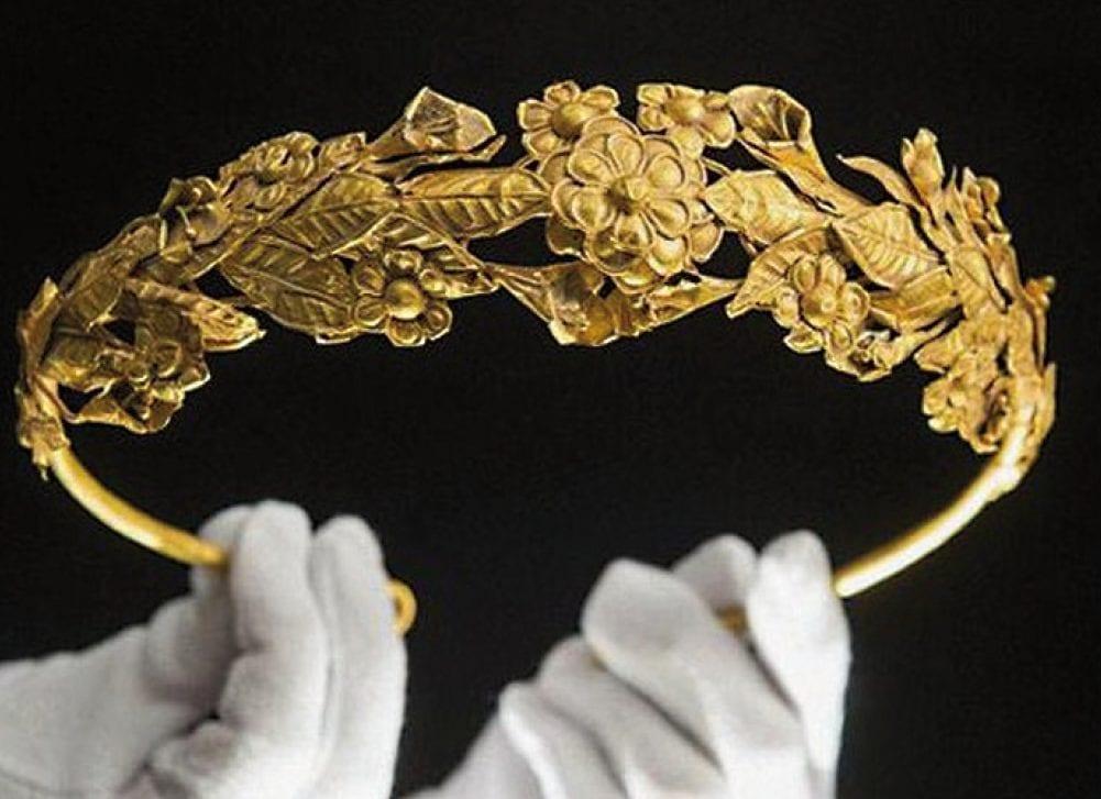 Un retraité trouve une couronne d'or pur de 2 300 ans sous son lit