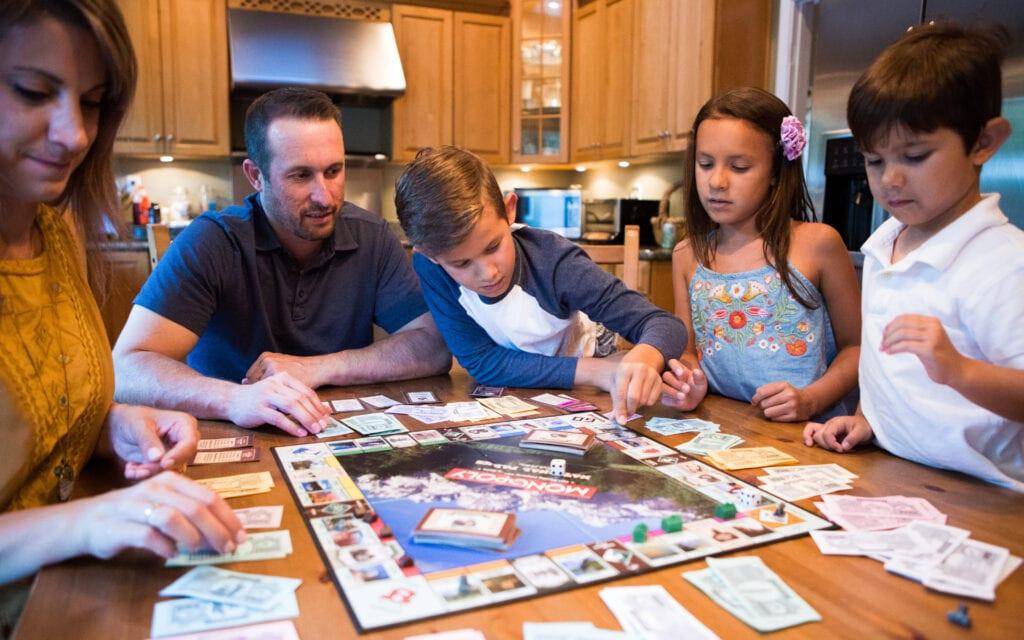 Cinq (5) jeux pour s'amuser à la maison - Monopoly